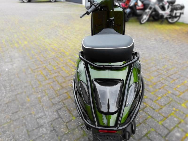 Custom Vespa Sprint Candy Python Green. 25km i-Get. Full options 6