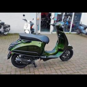 Nieuw. Custom Vespa Sprint Candy Python Green. 25km i-Get. Full options